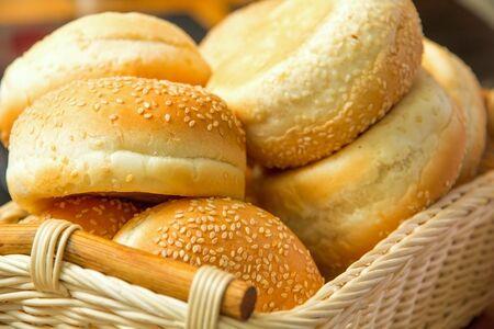 Alcuni pane con semi nel cestino