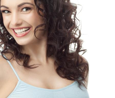 close-up portret van aantrekkelijke Kaukasische glimlachende vrouw brunette geïsoleerd op witte studio shot lippen brede glimlach gezicht haar hoofd en schouders kijken camera tand Stockfoto