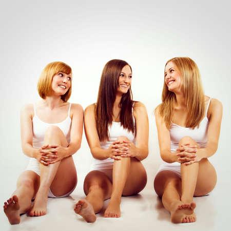 wit ondergoed: mooie vrouwen met wit ondergoed zijn glimlachende
