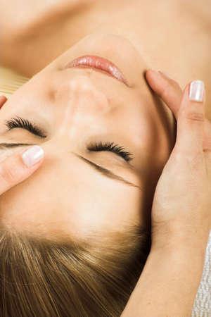 tratamiento facial: joven mujer hermosa en un spa es cada vez un masaje Foto de archivo