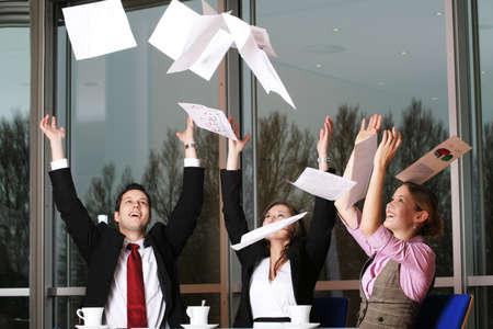 after to work: un feliz �xito de las empresas despu�s del trabajo del equipo de vuelo con los documentos
