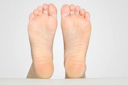 Schöne Frau Füße auf dem Bett