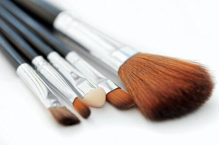 mujer maquillandose: Compone cepillos en blanco