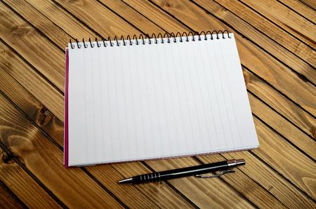papier a lettre: Portable vide et un stylo sur la table Banque d'images