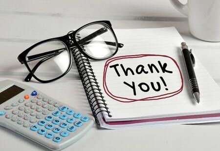 agradecimiento: Gracias palabra escrito en el cuaderno Foto de archivo