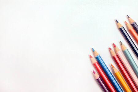 lapiz y papel: Muchos lápiz de colores con papel blanco Foto de archivo