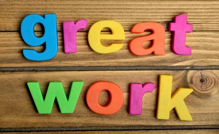 dobr�: Velké Dílo slovo na dřevěném stole