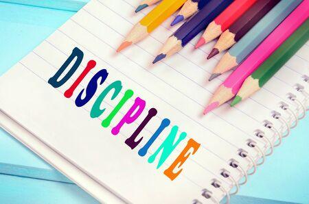 Bunte Disziplin Wort auf Notebook