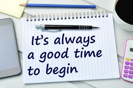 empezar: Texto Siempre es un buen momento para comenzar en el cuaderno Foto de archivo