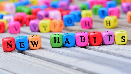 Nuevas palabras Hábitos en mesa de madera Foto de archivo - 69446156