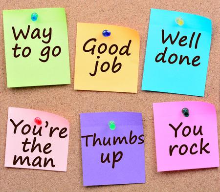 Así se hace, buen trabajo, palabras bien hechas en notas coloridas Foto de archivo
