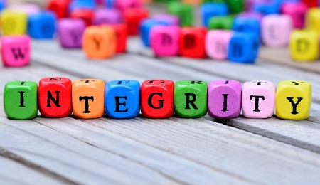 Palavra de integridade na mesa de madeira
