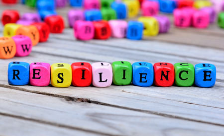 Resilienzwort auf Holztisch Standard-Bild - 69742000