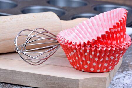 nudelholz: Küchenutensilien für Muffins auf Holztisch Lizenzfreie Bilder