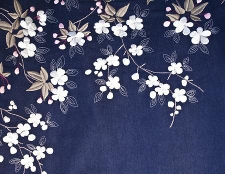gestickt: Gestickte Blumen, Bl�tter, St�ngel und auf Jeansstoff Lizenzfreie Bilder
