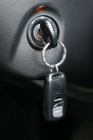 slot met sleuteltje: Auto sleutel met een charme ingevoegd in de vergrendeling van ontsteking van de auto Stockfoto