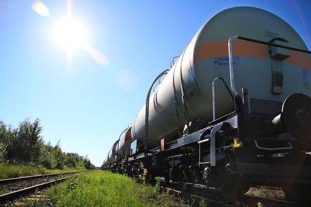 autobotte: Serbatoi di carburante trasportati per ferrovia, presa in controluce