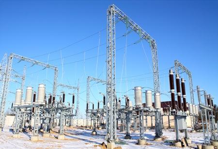 torres de alta tension: De alta tensión de la subestación se está construyendo plantas de energía en invierno Foto de archivo