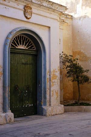 porte verte dans un cul-de-sac tranquille à Mdina, Malte