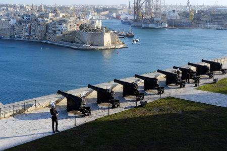 Valletta, Malta 05022020 Artillery men preparing to fire a cannon from the Salute Battery. Aerial View from Upper Barrakka Gardens 報道画像