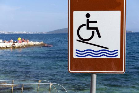 Wheelchair access sign on beach in Croatia Standard-Bild