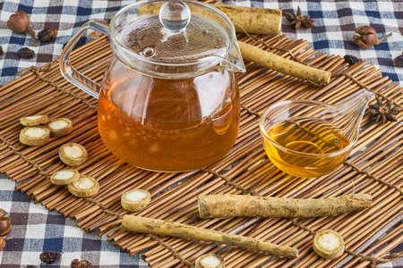Bardana tè alle erbe, la medicina salutare e rimedio Archivio Fotografico - 65542332