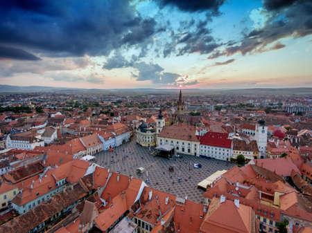 Vista aérea de Sibiu al atardecer en Transilvania, Rumania Foto de archivo