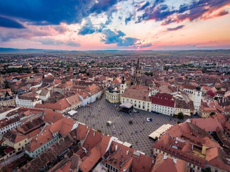 Vista aérea de Sibiu al atardecer en Transilvania, Rumania