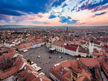Zonsondergang over Hermanstadt Sibiu Roemenië Stockfoto - 83523233