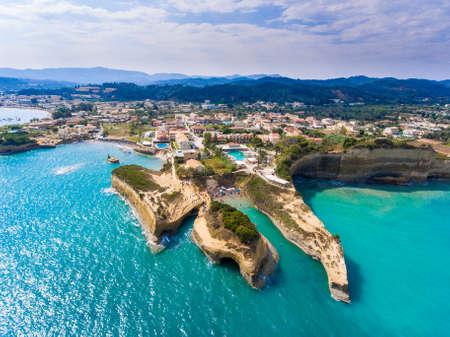 ローマ、コルフ島、ギリシャのダムール ビーチを運河します。人々 は太陽の下で入浴します。ターコイズ水。 写真素材