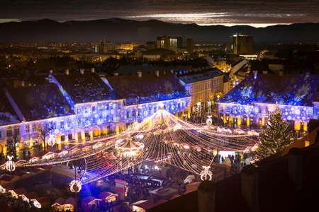 Mercado de Navidad de Sibiu al atardecer en Transilvania, Rumania, 2016. Fotografía HDR Editorial