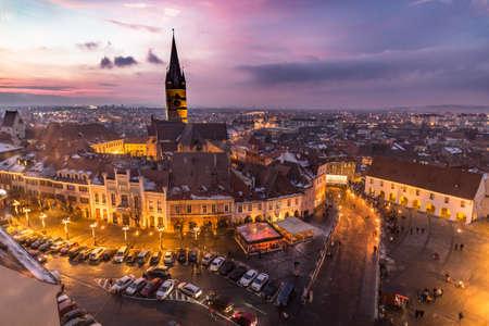 Sibiu, Transilvania, cuadrado central de Rumania en la puesta del sol. Editorial