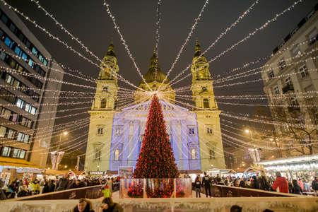 BOEDAPEST, HONGARIJE - 8 DECEMBER 2016: Traditionele kerstmarkt van Boedapest in Stephan Platz in het centrum van de stad, Hongarije, Europa