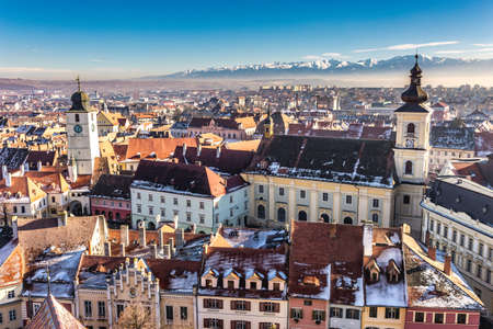 Sibiu, Transilvania, Rumania. Foto HDR. Vista panorámica desde arriba con las montañas de Fagaras visibles en la parte posterior. Foto de archivo - 84049094