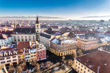 Descripción de Sibiu, Transilvania, Rumania. Vista desde arriba. Foto HDR.