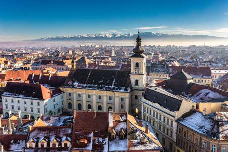 Sibiu, en el centro de Transilvania, Rumania. Vista desde arriba con las montañas de Fagaras en la parte posterior. Foto HDR. La ciudad también conocida como Hermannstadt