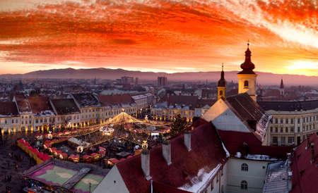 Mercado de la Navidad de Sibiu en la puesta del sol en Transilvania, Rumania, 2016.