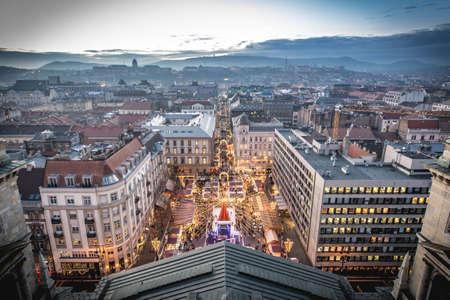 Kerstmarkt van Boedapest van bovenaf. De traditionele kerstmarkt in Saint Stephen square, luchtfoto bij zonsondergang