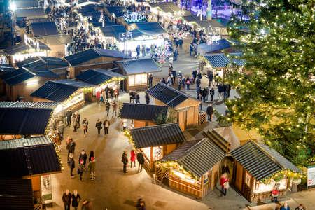 Mensen die de traditionele Wien Christmas Market bezoeken (Wenen, Oostenrijk, Europa - december 2016)