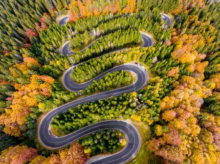 Vista aérea de una carretera sinuosa en las montañas en otoño Foto de archivo - 88601915