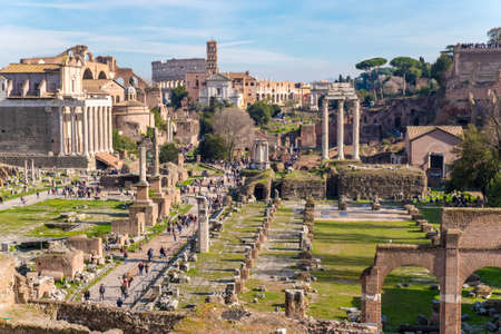 The ruins of the Roman Forum in Rome, Italy with the Colosseum visible in the back 에디토리얼