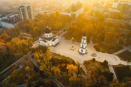 Lever du soleil de la Moldavie Chisinau dans le parc de la cathédrale