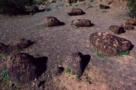rocky point: Una vista del primo piano dei petroglifi rocce coperte di lava del punto di riferimento Arizona chiamato Rocky Point Questi petroglifi sono centinaia, se non migliaia, di anni