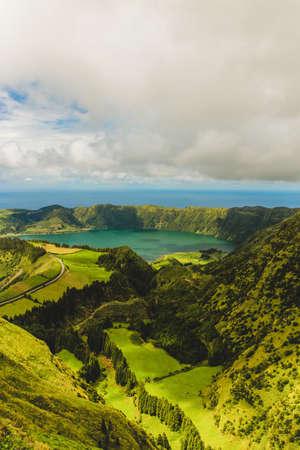 Zwillingsblaue und grüne Seen im Krater eines schlafenden Vulkans auf dem portugiesischen Archipel der Azoren. Es ist eine saubere Süßwasserquelle in diesem wunderschönen Paradies. Standard-Bild