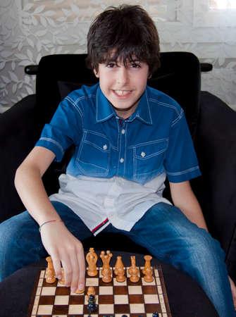 jugando ajedrez: El muchacho est� jugando al ajedrez