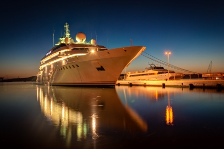 black moor: Modern cruise liner in the harbor at night