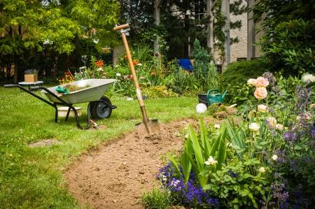 庭掘り新しい花壇で働く