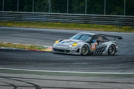squeal: Spielberg, AUSTRIA - 20 luglio Horst Jr Felbermayrof squadra concorrenza Proton sulla Porsche 911 GT3 RSR partecipa a una manifestazione per la European Le Mans Series, il 28 luglio 2013 in Spielberg, Austria
