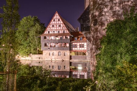 orte: Night shot of houses close to Pegnitz river.Nuremberg  Bayern, Germany