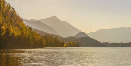 Lake Grundlsee in the early autumn morning. Village Grundlsee, region Salzkammergut, Liezen district of Styria, Austria, Europe. 免版税图像 - 150166642